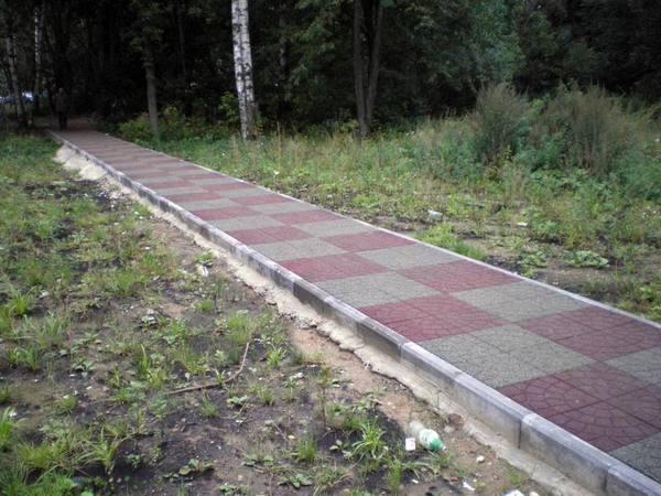 Резиновая плитка в ландшафте